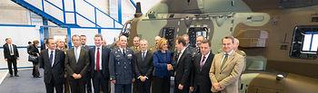 La ministra de Defensa, María Dolores de Cospedal, y el presidente de \'Airbus Helicopters\', Guillaume Faury, firman una cédula de entrega de cinco helicópteros Defensa