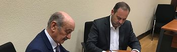 Ábalos firma el acuerdo de colaboración entre PSOE y PRC para la investidura de Pedro Sánchez