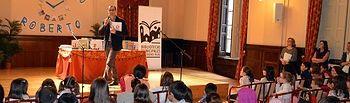 Los lectores infantiles de las Bibliotecas Municipales sorprenden a Roberto Aliaga representando sus obras