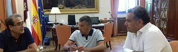 Manuel Miranda se reúne con los colectivos festeros de Caudete para tratar los problemas de suministro de polvora negra.