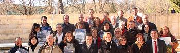 La vicepresidenta y consejera de Economía y hacienda, María Luisa Araújo, posa con los representantes de todas las empresas adheridas a la Carta Europea de Turismo Sostenible, hoy en el Centro de Interpretación de la Naturaleza de Corduente (Guadalajara).