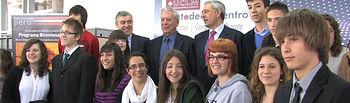 """El escritor Mario Vargas Llosa y el rector de la UCLM, Ernesto Martínez Ataz, junto a los finalistas del concurso """"Conociendo a Vargas Llosa"""" en Albacete."""