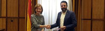 El alcalde de Azuqueca y la vicerrectora de Investigación y Transferencia de la UAH, tras la firma del convenio. Fotografía: Ayuntamiento de Azuqueca