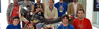 Antonio Valero, el director de la ETSII y alumnos, junto a la moto con la que el piloto corrió el Dakar 2013.