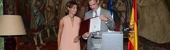 García Tejerina entrega a la Embajada de Francia su certificado oficial de cálculo y registro de Huella de Carbono. Foto: Ministerio de Agricultura, Alimentación y Medio Ambiente