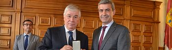 Nombramiento de Diputado Provincial Honorario y entrega de la Medalla de Oro de la Diputación e insignia institucional a José Manuel Tofiño.