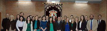 Fotografía de grupo con los alumnos que han recogido su diploma