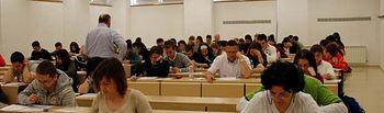 Los alumnos realizan el examen de Comentario de Texto.