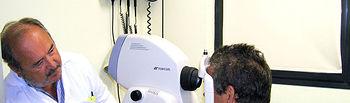 El doctor Angel Modrego, realizando una retinografía para la detección precoz de retinopatía diabética en el Centro de Salud de Buenavista, en Toledo.