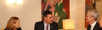 El presidente del Gobierno, Pedro Sánchez, junto a la vicepresidenta tercera y ministra de Asuntos Económicos y Transformación Digital, Nadia Calviño, durante el encuentro que han mantenido en el marco del Foro Económico Mundial con el CEO de Apple, Tim Cook. Foto: fervero-67