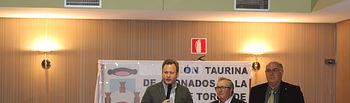 El alcalde muestra su admiración por Sebastián Cortés y el 'Pimpi' en el homenaje que les ha rendido la Unión Taurina de Abonados.
