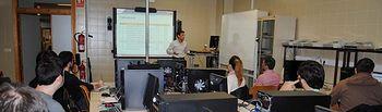 Profesor y alumnos en clase