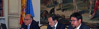 El profesor Isaac Martín con Jaime Pérez Renovales y Benigno Pendás durante la inauguración de la jornada, celebrada en la sede del CEPC en Madrid.