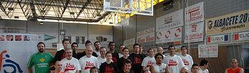 Foto de grupo con el equipo de baloncesto en silla de ruedas de COCEMFE-FAMA