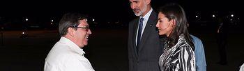 Doña Letizia es saludada por el ministro de Relaciones Exteriores de la República de Cuba, Bruno Rodríguez, a su llegada al Aeropuerto Internacional José Martí. Foto: Casa de S.M. el Rey / JOSE JIMENEZ