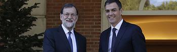 El presidente del Gobierno, Mariano Rajoy, recibe al secretario general del PSOE, Pedro Sánchez. Pool Moncloa/César P. Sendra