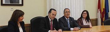 El delegado del Gobierno en Castilla-La Mancha, José Julián Gregorio, ha visitado el Ayuntamiento de Munera (Albacete)