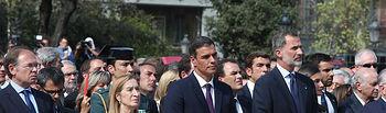 El presidente del Gobierno, Pedro Sánchez, junto a los presidentes del Senado y el Congreso, Pío García-Escudero y Ana Pastor, respectivamente, y los Reyes de España, durante los actos en memoria de las víctimas de los atentados de Barcelona y Cambrils.