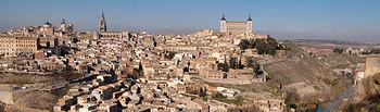 Vista de la ciudad de Toledo asomándose al río Tajo a su paso por la misma.