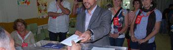 Pablo Bellido ejerció su derecho al voto en el colegio 'Maestra Plácida Herranz' de Azuqueca.