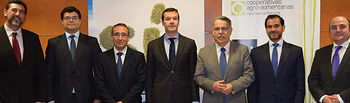 Foto de grupo firma convenio Cooperativas y BBVA.. Foto: Cooperativas Agro-alimentarias.