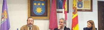 El conferenciante con el alcalde de la localidad (c) y la diputada de Cultura