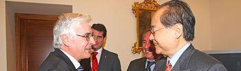 El presidente de Castilla-La Mancha, José María Barreda, ha recibido hoy al embajador de Japón en España, Fumiaki Takahashi, y al presidente de los empresarios de Toledo, Ángel Nicolás, en la sede de la Presidencia regional, en Toledo.