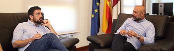 El vicepresidente segundo del gobierno regional, José García Molina, durante la reunión de trabajo mantenida con el senador y diputado de la Asamblea de Madrid, Ramón Espinar, para tratar asuntos de actualidad, en la sede de la Vicepresidencia segunda en Toledo, edificio del Colegio de Doncellas. (Foto: Álvaro Ruiz // JCCM)