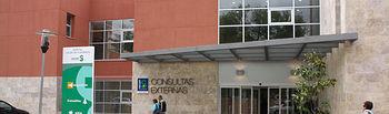 Entrada a Consultas Externas del Hospital de Manzanares (Ciudad Real) que ha puesto en marcha de un nuevo sistema de gestión de citas en Consultas Externas cuyo objetivo es disminuir la espera de los pacientes.