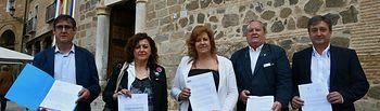 Alcaldes de CLM entregan documento en la sede del Gobierno regional.