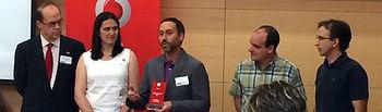 El director del Área de Tecnología y Comunicaciones de la Universidad de Castilla-La Mancha (UCLM), Andrés Prado, recoge el premio