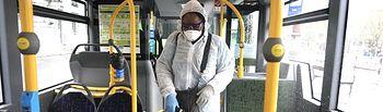 Coronavirus- Efectivos sanitarios desinfectan autobuses municipales. Foto: Europa Press 2020
