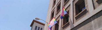 """La fachada de la sede de UGT Cuenca luce banderas """"arco iris"""""""