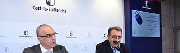El consejero de Sanidad, Jesús Fernández Sanz, y el director general de Salud Pública, Juan Camacho, informan, sobre la incidencia del contagio por coronavirus en Castilla-La Mancha, en la sala de prensa de la Consejería de Sanidad.(Fotos:José Ramón Márquez //JCCM ).
