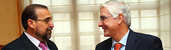 El presidente de Castilla-La Mancha, José María Barreda, saluda al presidente de la Asociación ALCER-CR, Pablo León.
