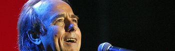 Imagen de archivo del cantautor Joan Manuel Serrat, durante su actuación en el Círculo de Bellas Artes de Madrid en la presentación del programa organizado por la Junta de Castilla-La Mancha con motivo del IV Centenario del Quijote, en 2005.
