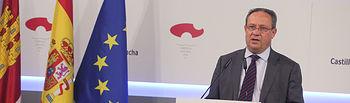 El Consejero Juan Alfonso Ruiz Molina informa, sobre el Consejo de Gobierno extraordinario en el Palacio de Fuensalida. (Fotos: Ignacio López//JCCM)