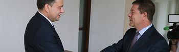 El presidente de Castilla-La Mancha, Emiliano García-Page, recibe, en el Palacio de Fuensalida, al alcalde de Albacete, Manuel Serrano. (Fotos: Ignacio López // JCCM)