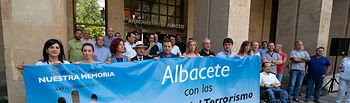Homenaje a Miguel Ángel Blanco y las víctimas del terrorismo en la puerta del Ayuntamiento de Albacete