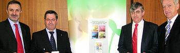 El director general de Calidad y Sostenibilidad Ambiental, Manuel Guerrero, (a la izquierda), el secretario general del Servicio de Salud de Castilla-La Mancha, José Antonio del Ama, acompañados por el vicepresidente del Consejo de Colegios de Farmacéuticos de la región, Julián Creis, y por el director general de SIGRE Medicamento y Medio Ambiente, Juan Carlos Mampaso, durante la presentación de la campaña con la que se pretende concienciar a la población de la necesidad de depositar los restos de medicamen