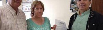 momento de registrar en el ayuntamiento de Cuenca las 3.200 firmas de apoyo