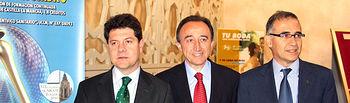 El consejero de Salud y Bienestar Social, Fernando Lamata, y el alcalde de Toledo, Emiliano García-Page (i), con el presidente del Comité Científico del XIX Congreso de la Sociedad Castellano-Manchega de Cirugía Ortopédica y Traumatología, Antonio Rey (d).