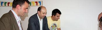 El director del Instituto de la Juventud, Javier Gallego, acompañó al alcalde de La Solana (Ciudad Real), Diego García Abadillo, en la inauguración del nuevo centro para la juventud del municipio. En la imagen, junto a García Abadillo (2i) y un joven en una de las salas del centro.