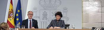 La ministra de Educación y Formación Profesional y Portavoz del Gobierno, Isabel Celaá, y el ministro de Cultura y Deporte, José Guirao, durante la rueda de prensa posterior al Consejo de Ministros.