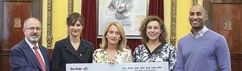 Entrega de cheque de Ibercaja a Manos Unidas con Armengol Engonga y Verónica Renales