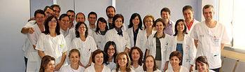 En primer plano, las enfermeras del Servicio de Oftalmología del Hospital General 'La Mancha Centro' de Alcázar de San Juan (Ciudad Real) que han conseguido un premio en el último Congreso nacional de la especialidad, acompañadas del resto de profesionales del equipo.