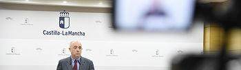 El viceconsejero de Empleo y Relaciones Laborales, Francisco Rueda, valora, en la sala de prensa de la Consejería de Economía, Empresas y Empleo, los datos del paro relativos al mes de octubre. (Fotos: José Ramón Márquez // JCCM)