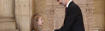 Su Majestad el Rey prende el lazo con la miniatura del vellocino, símbolo de la Insigne Orden del Toisón de Oro, a Su Alteza Real la Princesa de Asturias