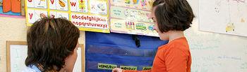 El Gobierno regional está haciendo un gran esfuerzo para asegurar la competencia en idiomas del profesorado y su acreditación, elementos que recoge como fundamentales la Ley de Educación de Castilla-La Mancha y el Plan de Plurilingüismo. Al finalizar esta legislatura se habrán formado en idiomas más de 15.000 profesores y profesoras, fomentado así la enseñanza bilingüe.