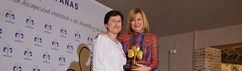 María José Gallego recoge el premio de manos de María del Mar Azaña.